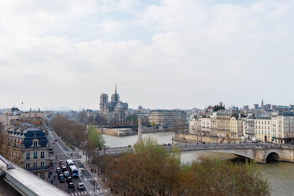 Вид на Париж с террасы Института арабского мира: остров Сите, набережная Сены и деловой квартал Ля-Дефанс
