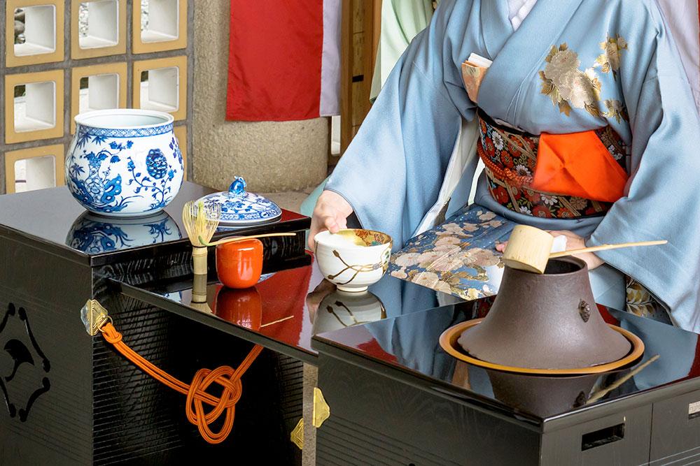 Принять участие в чайной церемонии стоит 2000¥ (1260 рублей). Каждому гостю дают чашку свежезаваренного зеленого чая матча, а еще японскую сладость из бобов и прессованного сахара. Фото: Shutterstock