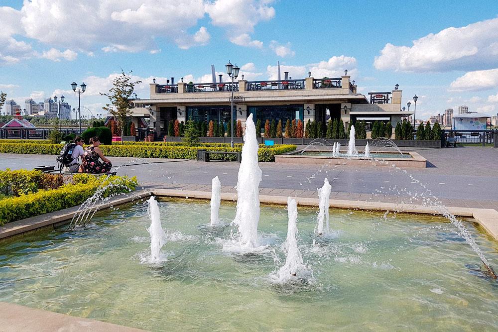 За последние годы в Казани обустроили набережные. Самая красивая — Кремлевская. Зимой там каток, алетом работают фонтаны