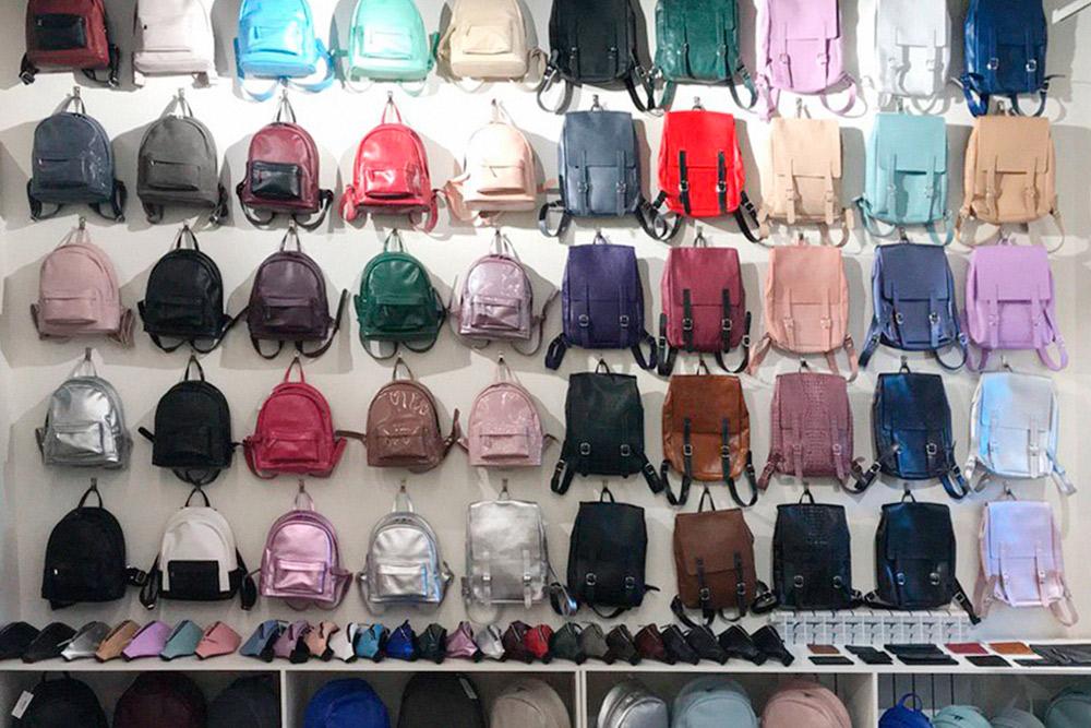 Помещение на «Хлебозаводе» предприниматель делил с брендом женской одежды. Когда арендуешь площадь с кем-то, важно, чтобы товары не пересекались — никому не нужна лишняя конкуренция. Продавать аксессуары вместе с одеждой выгодно: клиенты приходят за пальто и присматривают к нему новый рюкзак