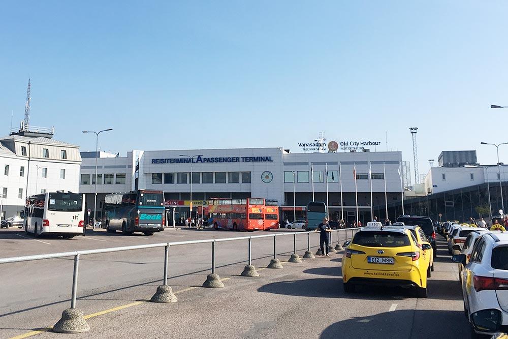 Это терминал А, где швартуются паромы «Экеро», «Таллинк-Сильи» и «Принцесса Анастасия». Здесь останавливаются двухэтажные экскурсионные автобусы. По улицам Старого города они не ездят