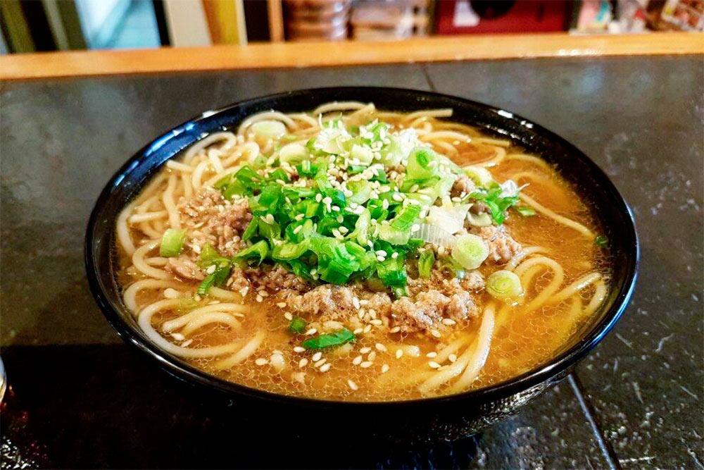 В кафе «Сенджю» готовят только домашнюю японскую кухню. Роллы и суши вы здесь не найдете. Порция рамена обойдется в 240<span class=ruble>Р</span>
