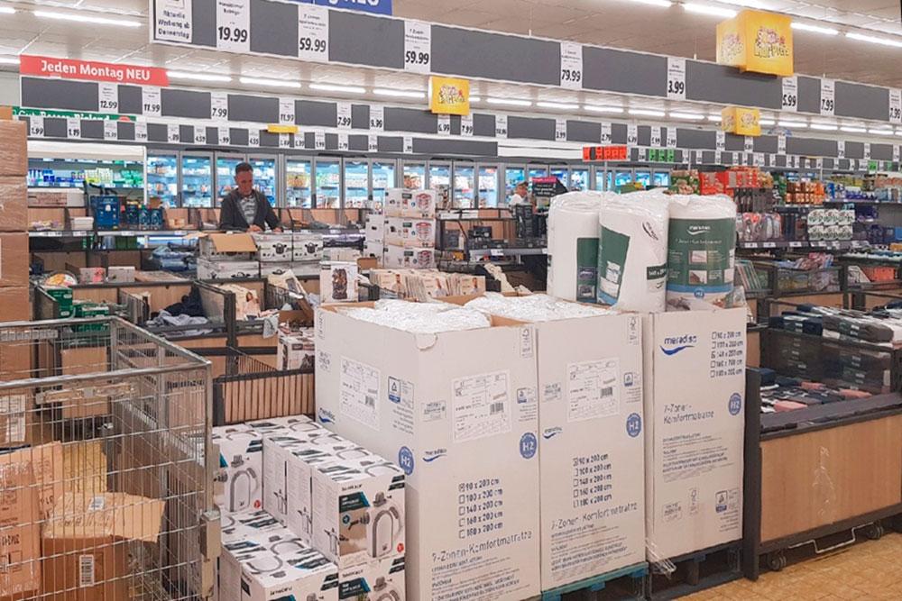 А так выглядит дешевый супермаркет «Лидл». Зачастую товары там размещаются прямо на палетах