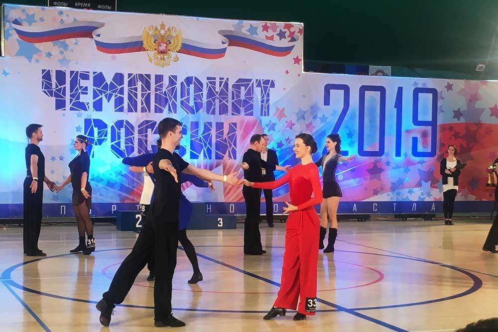 Выступление пар D-класса на чемпионате России 2019года. Участники этого класса должны исполнять весьма непростую танцевальную схему, требующую долгих совместных тренировок