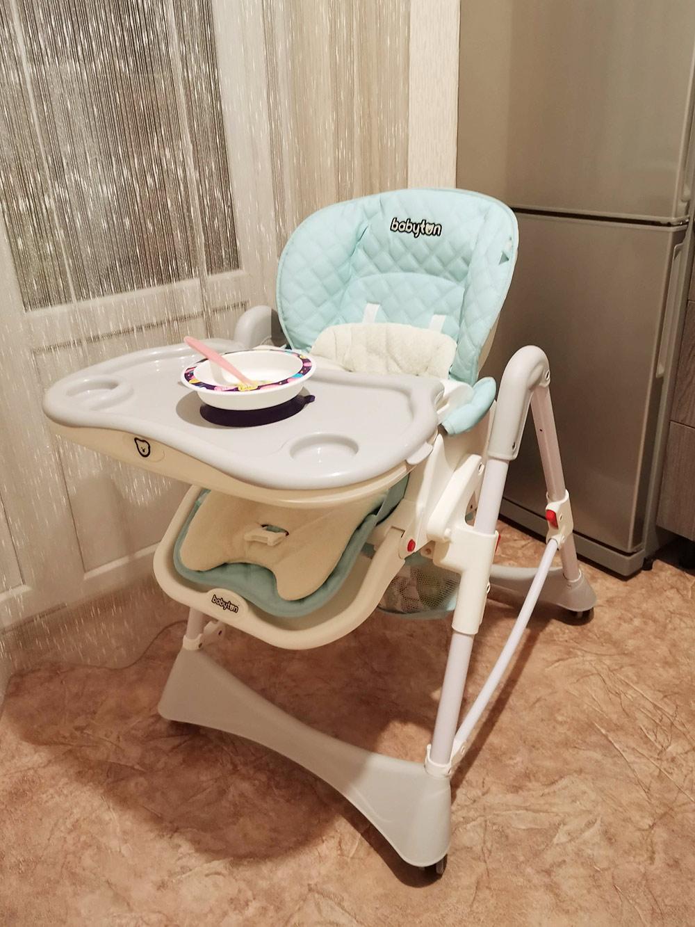 На стульчике чехол из кожзама — его легко мыть. А тарелки мы взяли на присоске: они приклеиваются к столу, и ребенок не может их случайно уронить