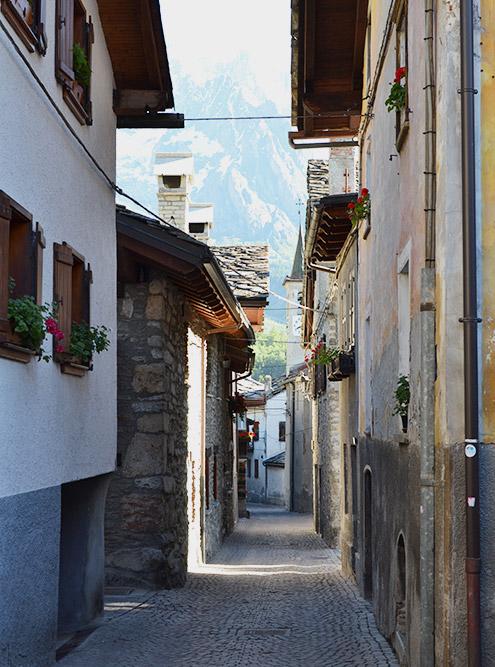 Узкие улочки итальянского города Courmayeur