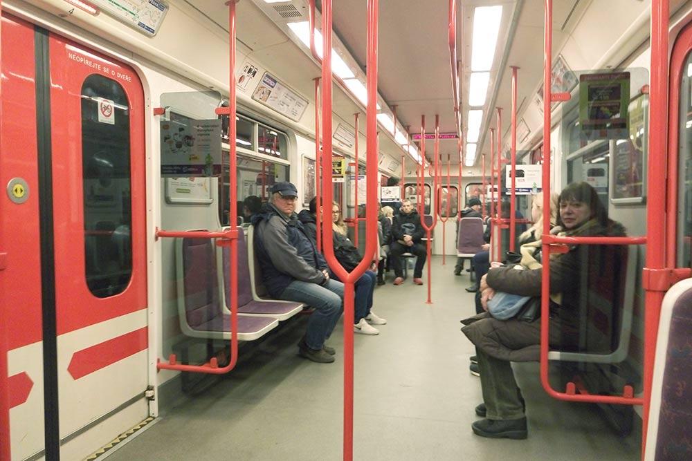 Так выглядит вагон пражского метро изнутри
