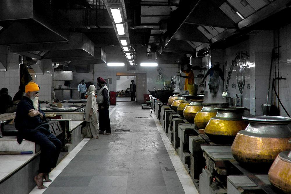 Столовая храма в Нью-Дели кормит тысячи людей в сутки, работа на кухне не останавливается даже ночью. Фото: Neil Moralee/Flickr