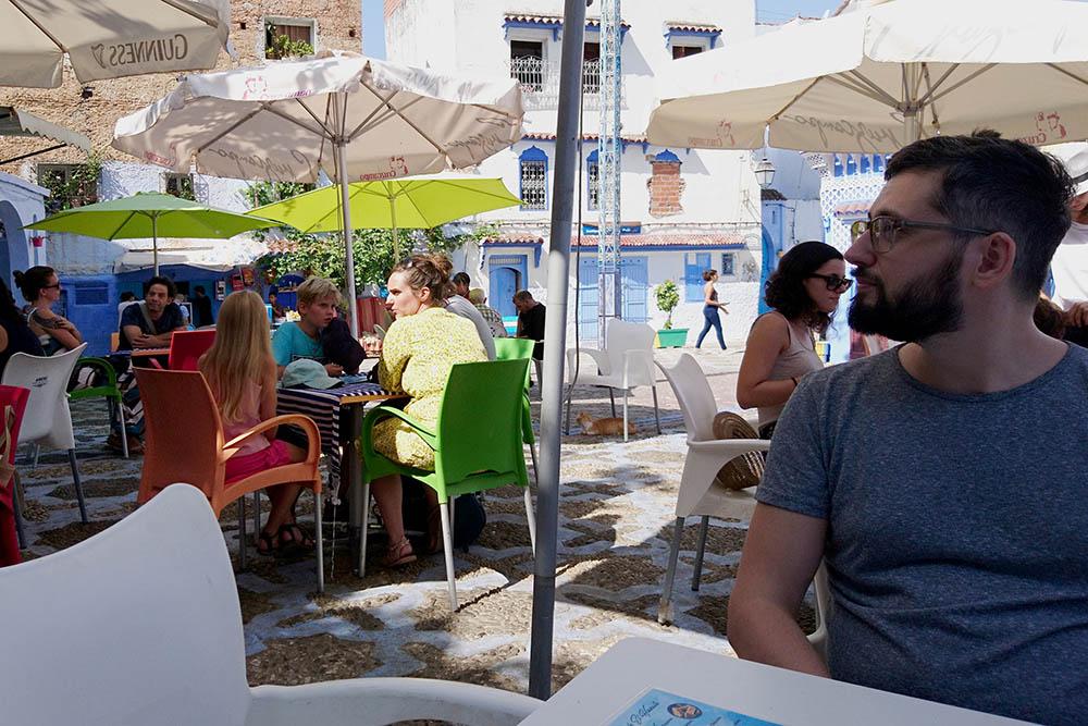 Кафе на улице Шефшауэна, где мы позавтракали блинами с джемом и чаем. В меню цен не было, поэтому мы заплатили столько, сколько сказал повар-официант — 80 дирхамов (600<span class=ruble>Р</span>)