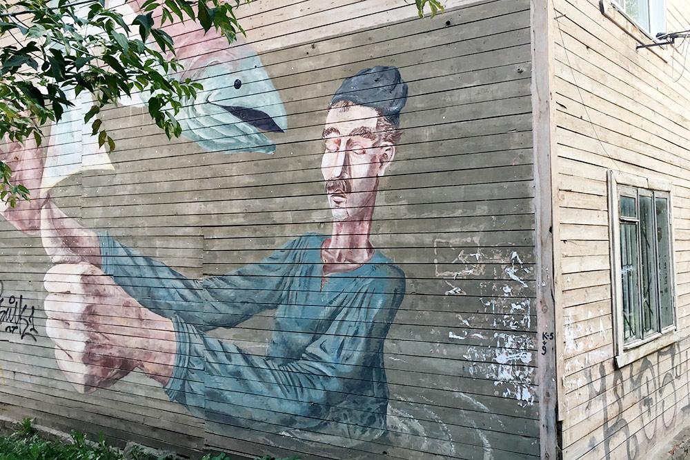 Я не знаю, кто авторы этих работ и что они ими хотели сказать, но такие штуки украшают наш город