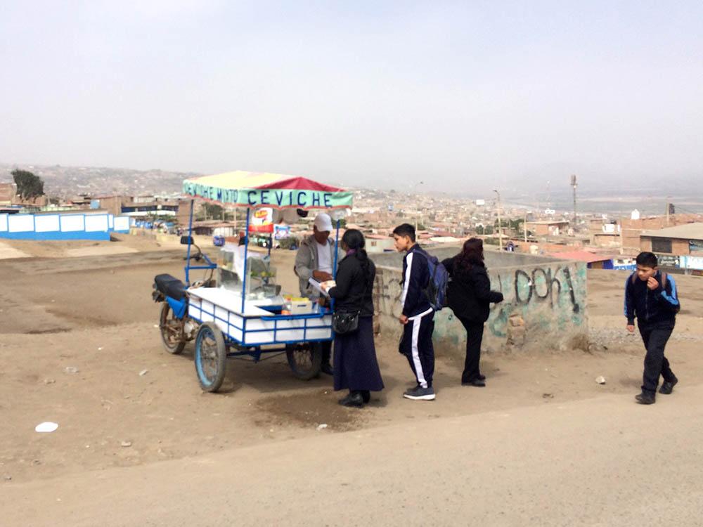 Уличная еда на окраине Лимы, где продают севиче, то есть сырую рыбу. Я бы не стала покупать ее в таком киоске. Покупателей почти нет, а условия хранения сомнительны