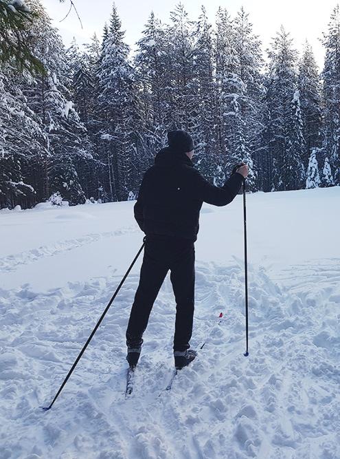 Зимой обязательно сходите покататься на лыжах. Если нет своих, возьмите в прокат за 150 р.
