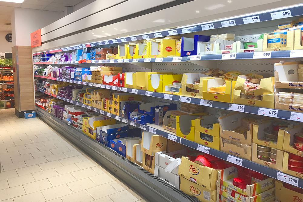 На этих полках в супермаркете «Лидл» разные сорта сыров со всей Европы