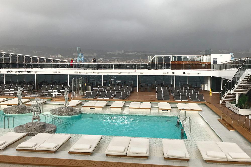 На «Меравилье» большой глубокий бассейн. Зимой и летом температура в нем +28°С. В несезон в бассейне плавают максимум три человека