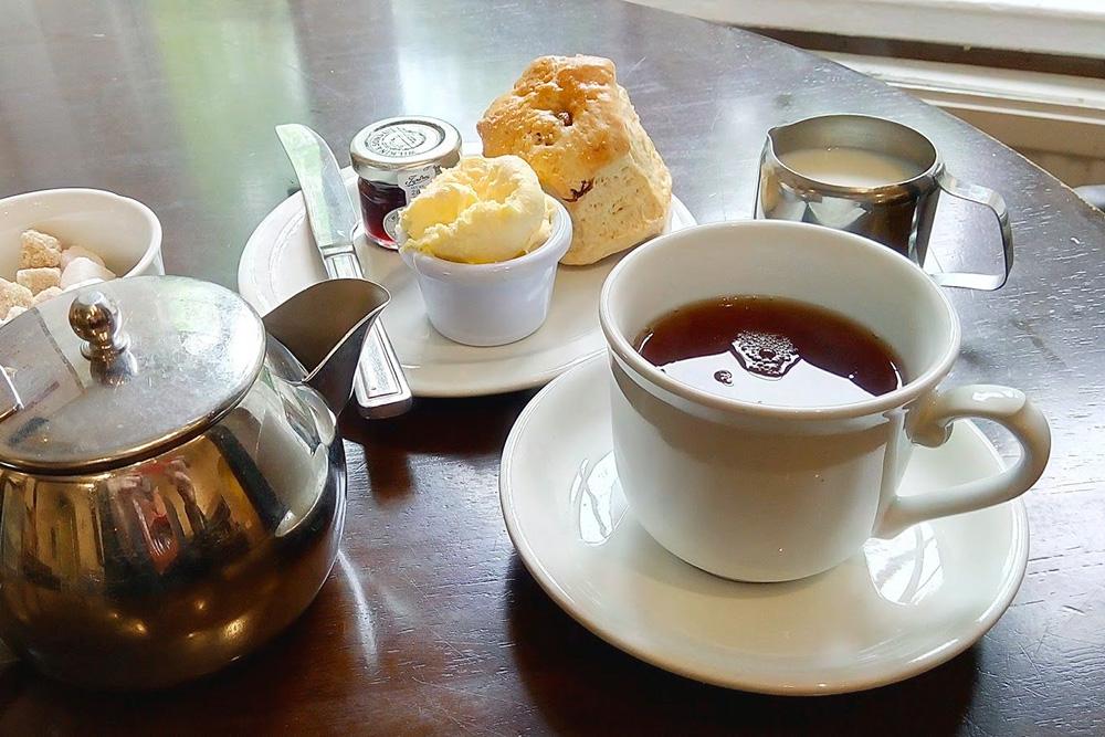 Классический чай в Великобритании называется cream tea. Это чайник черного чая, молоко, булочка, топленые сливки, похожие на сливочное масло, и джем