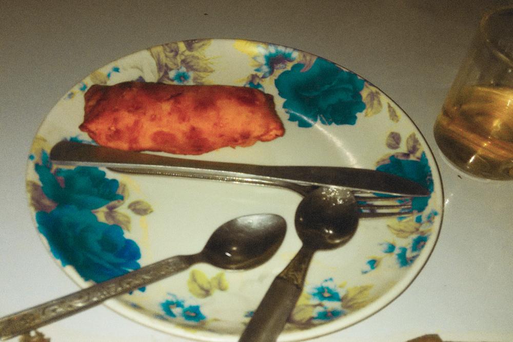 Самое странное блюдо, которое я попробовала, — «сникерс-ролл». Это шоколадный батончик, зажаренный в тесте. Звучит отвратительно, на вид и на вкус тоже не очень