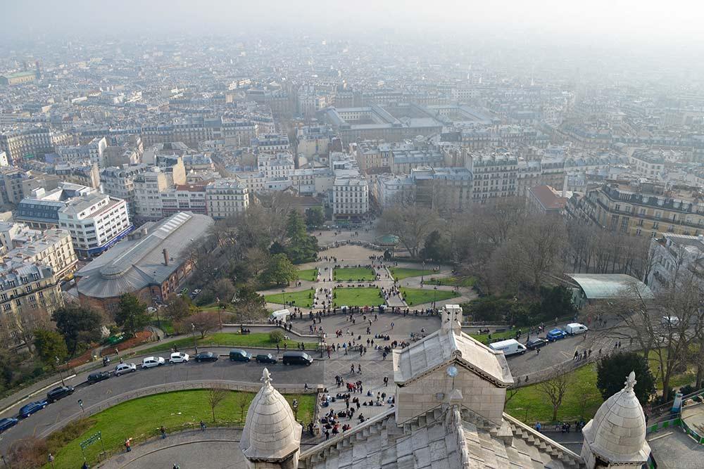 Лучше всего дымка, накрывающая весь город, видна с базилики Сакре-Кёр на холме Монмартр