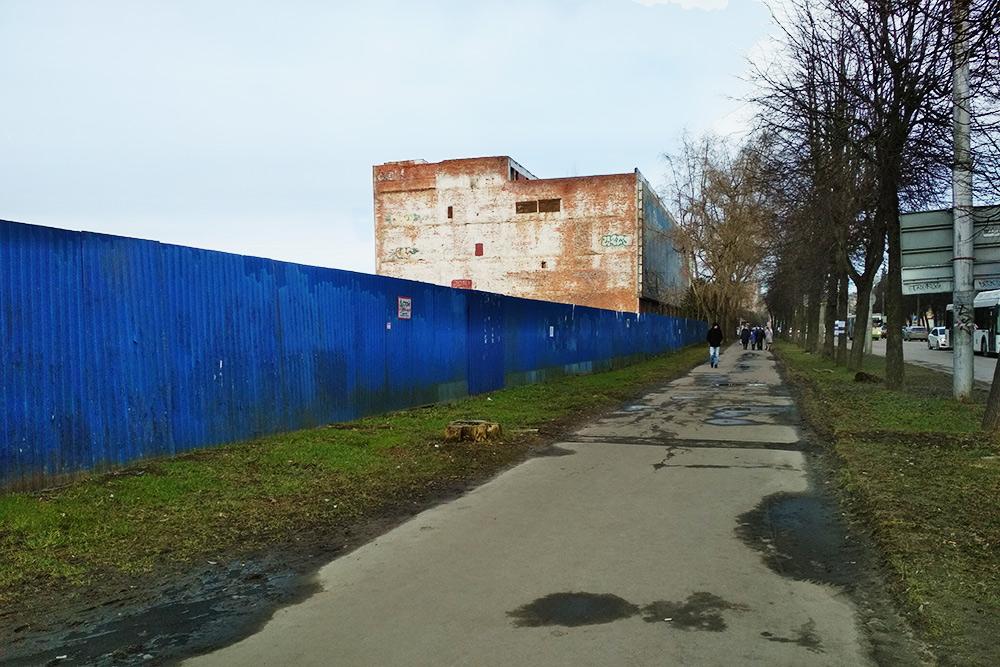 Кирпичная стена — это недостроенный корпус бывшего радиоэлектронного завода «Волна»