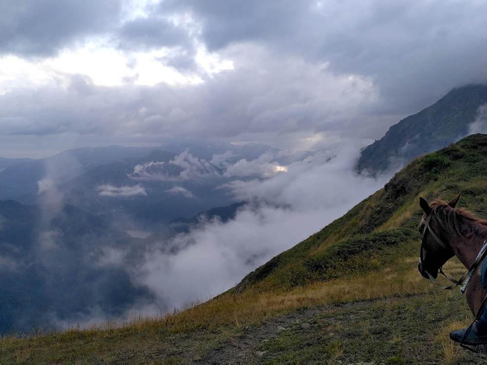 Вид с вершины горы Ацетук. В горах прохладно — лучше брать с собой теплую кофту