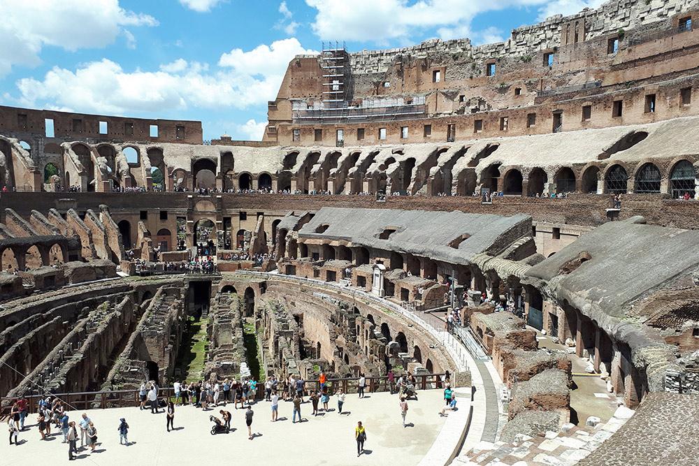В теплое время года в Колизей лучше идти до обеда — иначе очень жарко