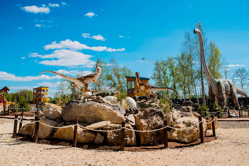 Динозавры в «Юркин-парке». Они рычат, двигаются и сверкают глазами. Фото: «Юркин-парк»