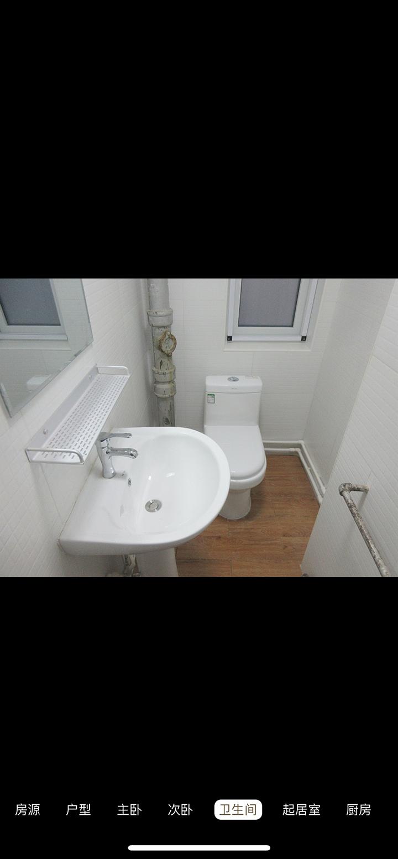 В ванной комнате нет даже душевой кабины — это тут нормальная практика в съемном жилье. Есть душ на стене и дырки для стока воды в полу — этого достаточно. Ванны есть только в элитных квартирах