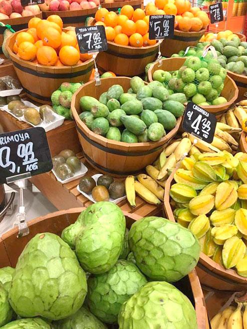 В супермаркетах фиксированные цены. Килограмм черимойи в левом нижнем углу стоит 10 солей (200 р.), туна посередине — 8 солей (160 р.)