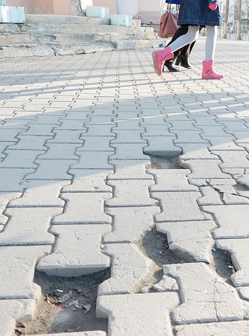 Дырявая тротуарная плитка — типичная картина для Южно-Сахалинска