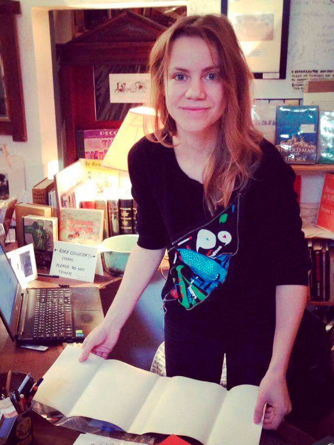 В «Атлантис-букс» есть целая коллекция ценных книг. У меня в руках суперобложка от первого издания «Завтрака для чемпионов» Курта Воннегута