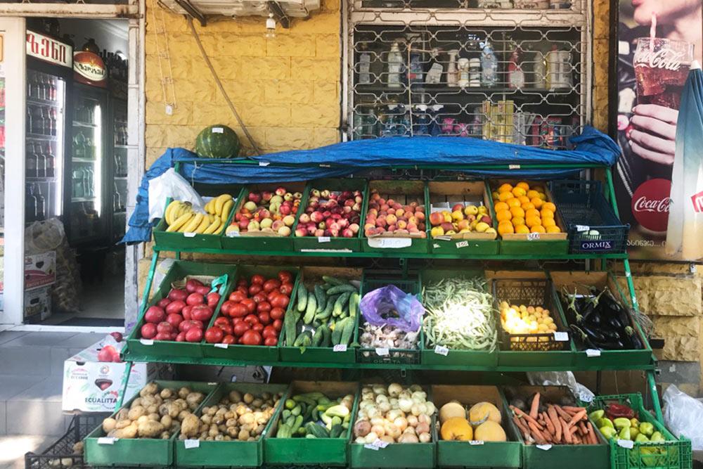 В лавке у моего дома всегда много свежих овощей и фруктов — цены здесь обычно ниже, чем в крупном магазине
