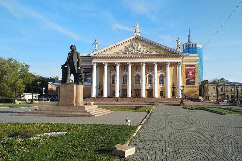 Театр оперы и балета имени Глинки. Внутри красивый зал с балконами и бельэтажем, билеты от 200 до 2000 рублей на местные постановки