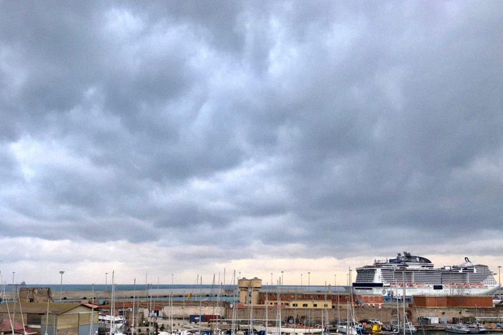 Утром из окна в Чивитавеккье мы увидели наш корабль. Хозяин квартиры отвез нас в порт бесплатно