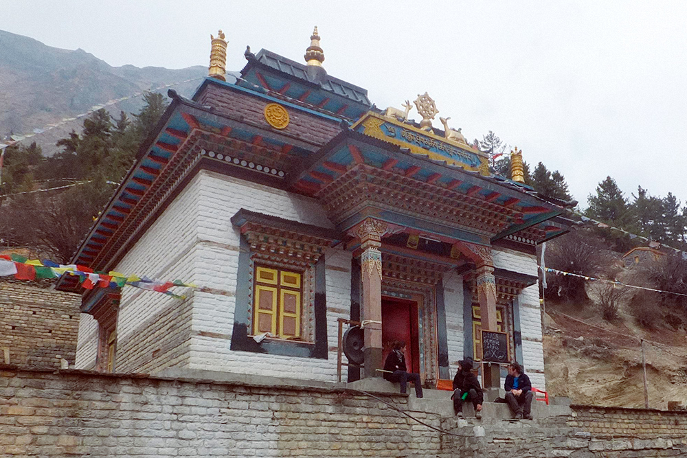 Монастырь в Верхнем Писанге, где монах пригласил нас внутрь и угостил чаем