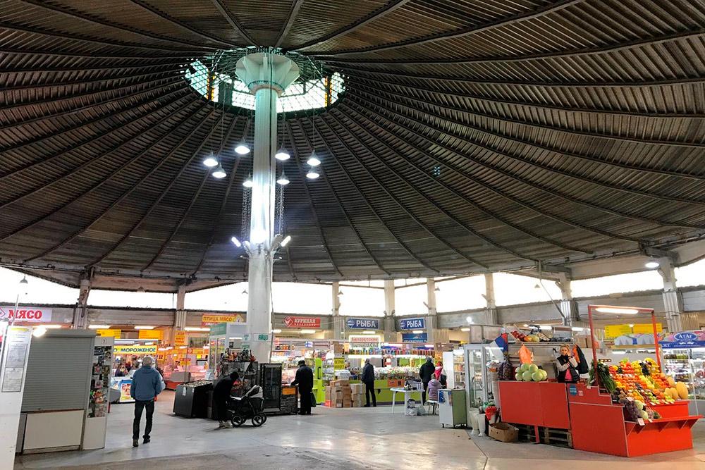Архитектура рынка необычная: если смотреть сверху, то купол здания напоминает цветок. Внутри — ничем не разделенное помещение, где расположены торговые ряды с разными продуктами: от мяса до сладостей