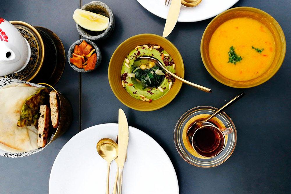 Хумус, чечевичный суп и горячие хлебные лепешки в ресторане Babel