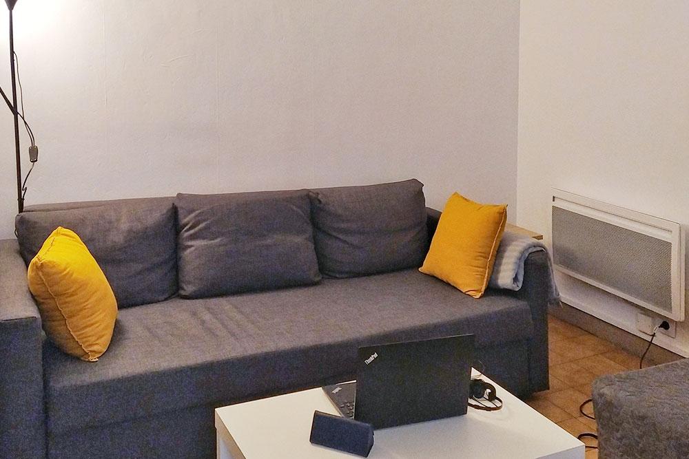 На полу в квартире везде плитка, это хорошо в жару. Но зимой приходится носить теплые тапочки. В каждой комнате есть электрический радиатор