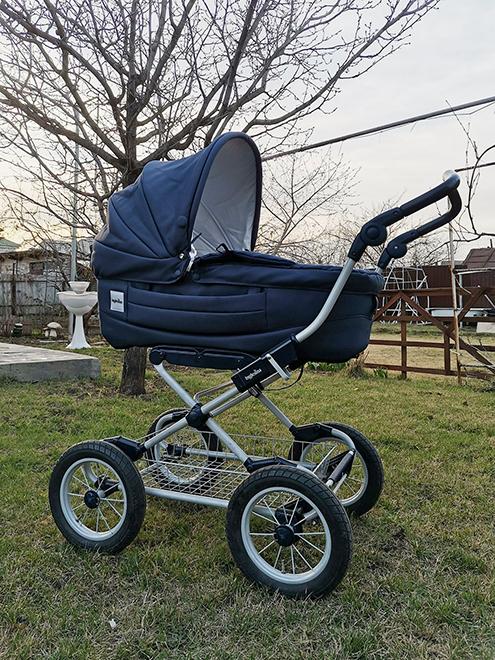 Эту коляску-люльку нам отдали друзья. Мы катали в ней сына до пяти месяцев, пока он не научился сидеть