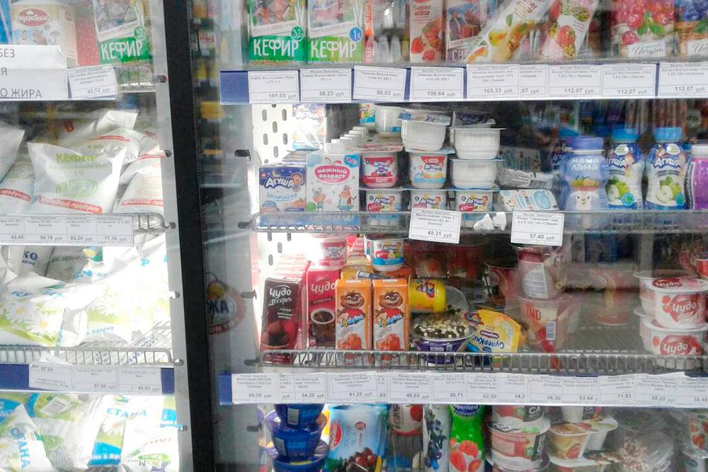 Цены на молочную продукцию: литр кефира — 100<span class=ruble>Р</span>, маленький стакан йогурта — 40<span class=ruble>Р</span>, литр молока — 80<span class=ruble>Р</span>