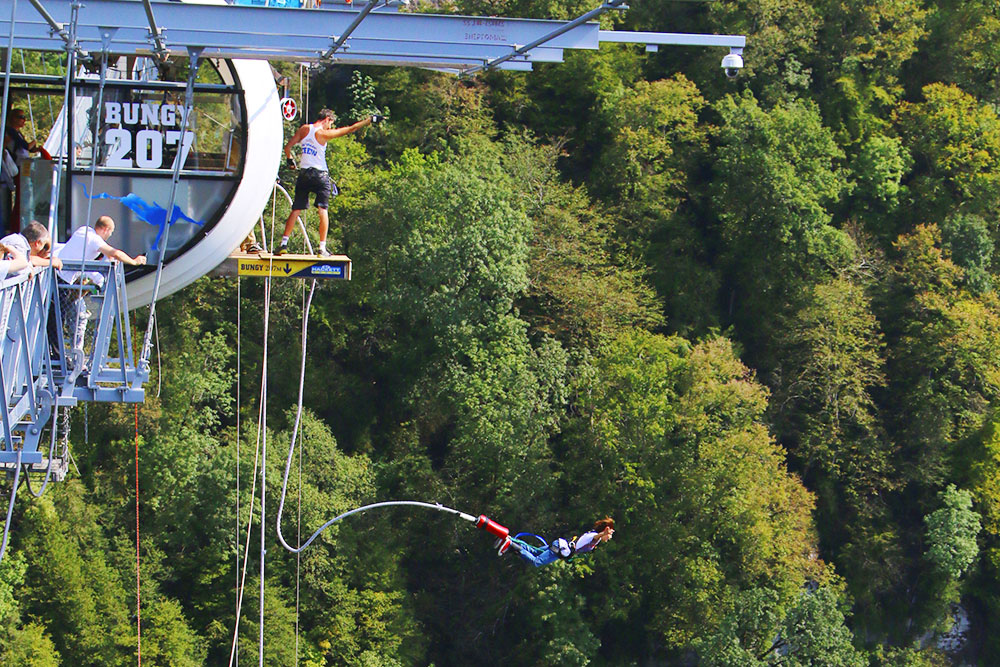 В «Скай-парке» прыгают с высоты 207 или 69 метров. Можно понаблюдать за теми, кто прыгает — это в 11 раз дешевле (1200 рублей) и тоже впечатляет