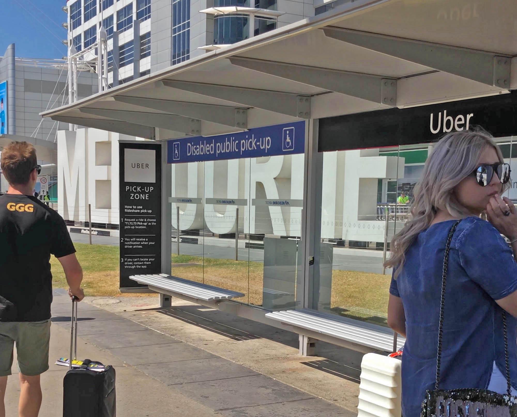 Остановка для посадки на «Убер» в аэропорту Мельбурна