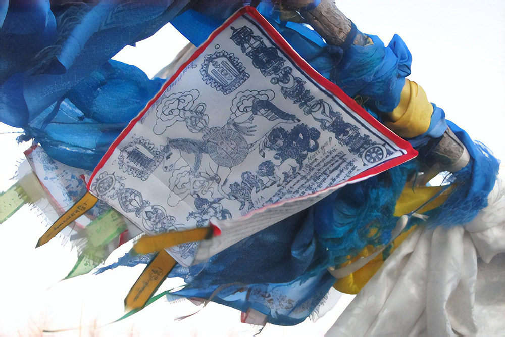 Хий морин — с бурятского «летящая лошадь». Это платок квадратной или прямоугольной формы, который символизирует дух человека, развевающийся на ветру