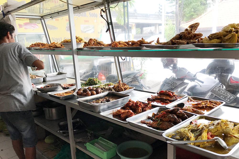 Придорожные кафе называются «варунг». Мы называем их «стекляшка», потому что готовые блюда уже лежат за стеклом. Еда дешевая, жирная и обычно острая