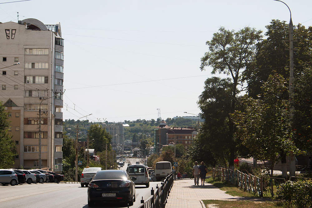 Улица Вокзальная: на заднем плане — Харьковская гора