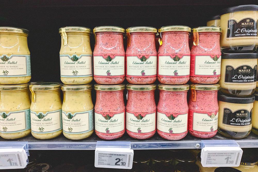Дижонская горчица — зернистая или с добавлением эстрагона, базилика и черной смородины стоит 1,5—2€ (107—142 рубля) за банку