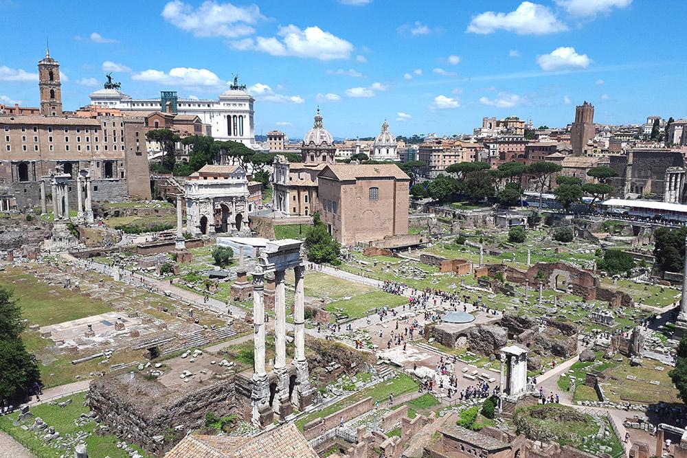 Рядом с Колизеем находится Римский форум. В Древнем Риме на его месте была площадь и городской рынок, а затем там стали проводить народные собрания. Билет в Колизей и Римский форум — единый