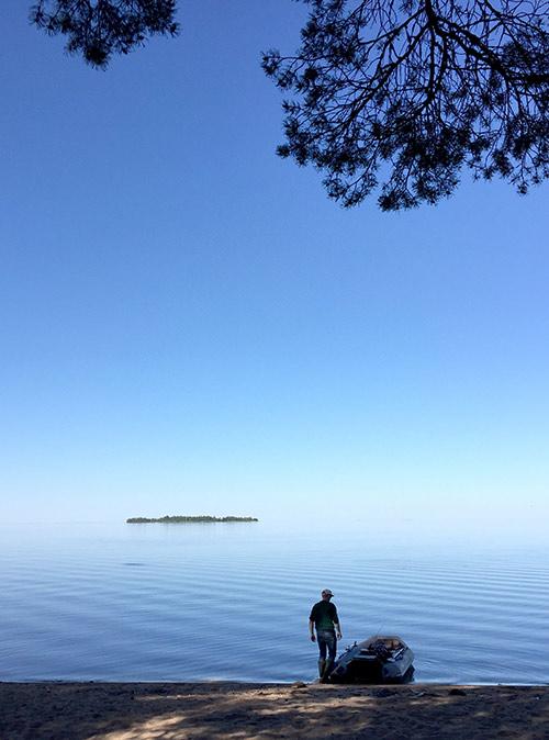 Иногда над озером висит дымка и оно сливается с небом