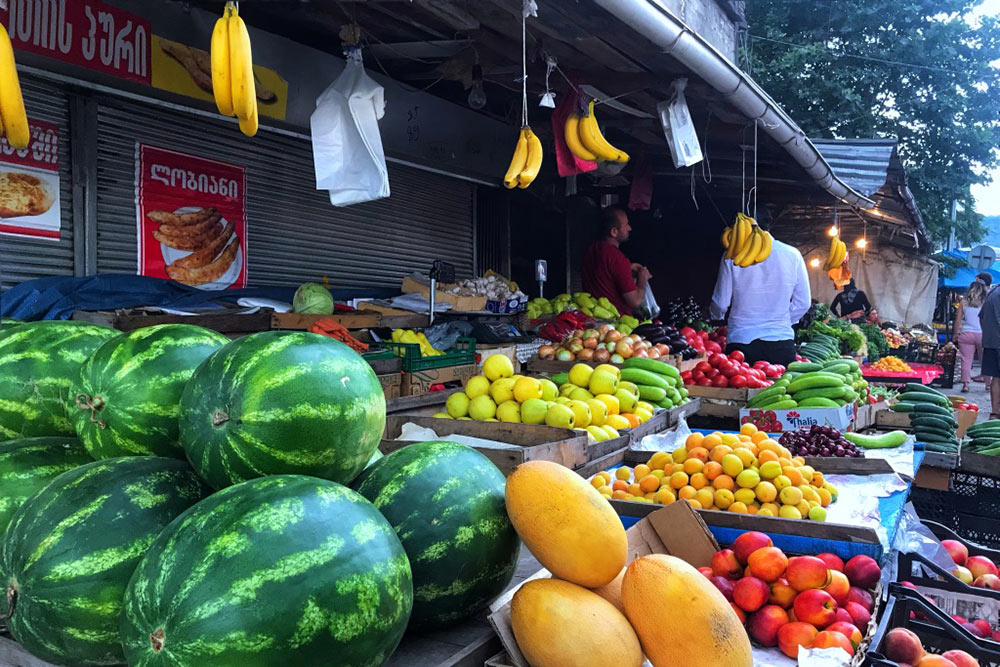 Свежие арбузы и дыни на рынке
