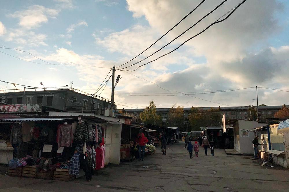 Торгуют не только внутри, но и около рынка. Пожалуй, это единственное место в городе, где можно примерить брюки, стоя на газетке. Но я ни разу не видела, чтобы кто-нибудь покупал здесь одежду