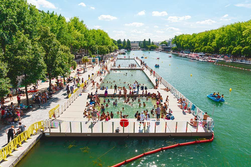 Летом пляжи в Париже устраивают прямо на набережных Сены. Автор фото: Tommy Larey / Shutterstock