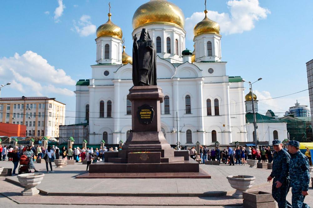 Покровский храм и памятник покровителю города — святому Димитрию Ростовскому, до 2007 года тут был фонтан имени Кирова